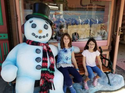 girls-with-snowman